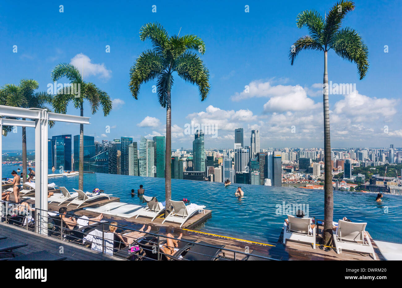 Singapore infinity edge swimming pool at the sands for Piscina singapore