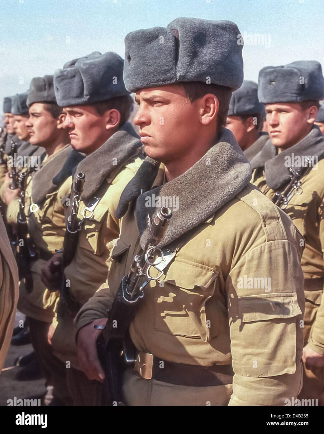 Soviet Afghanistan war - Page 6 Feb-16-1989-termez-uzbekistan-ru-armed-with-ak-47-kalashnikov-rifles-DXB265