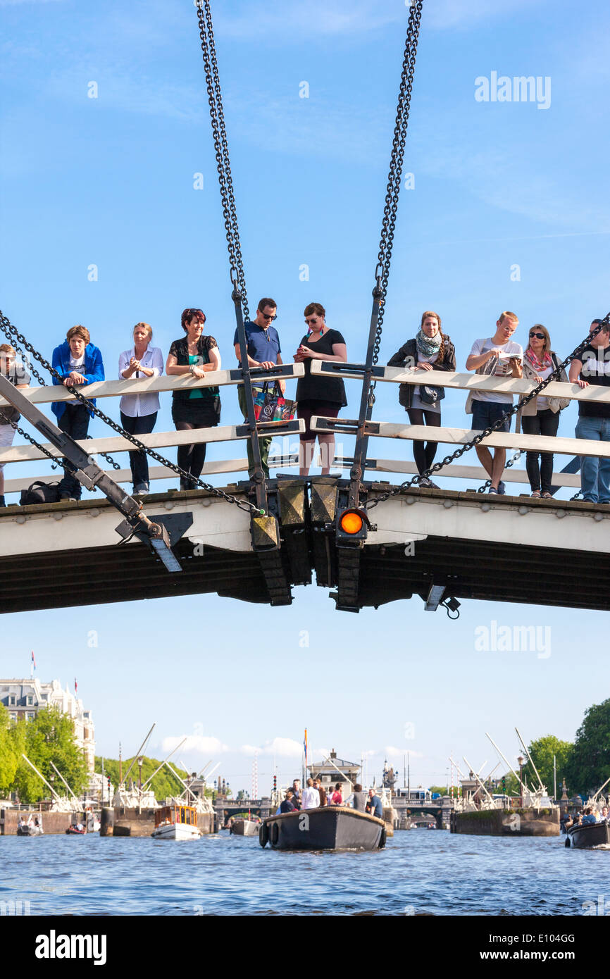 amsterdam-magere-brug-skinny-bridge-with-people-tourists-visitors-E104GG.jpg