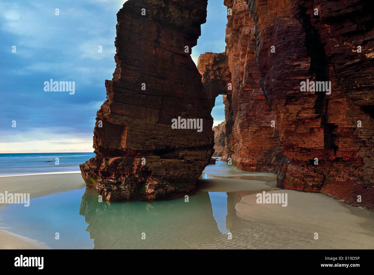 spain-galicia-schist-arcades-at-beach-as