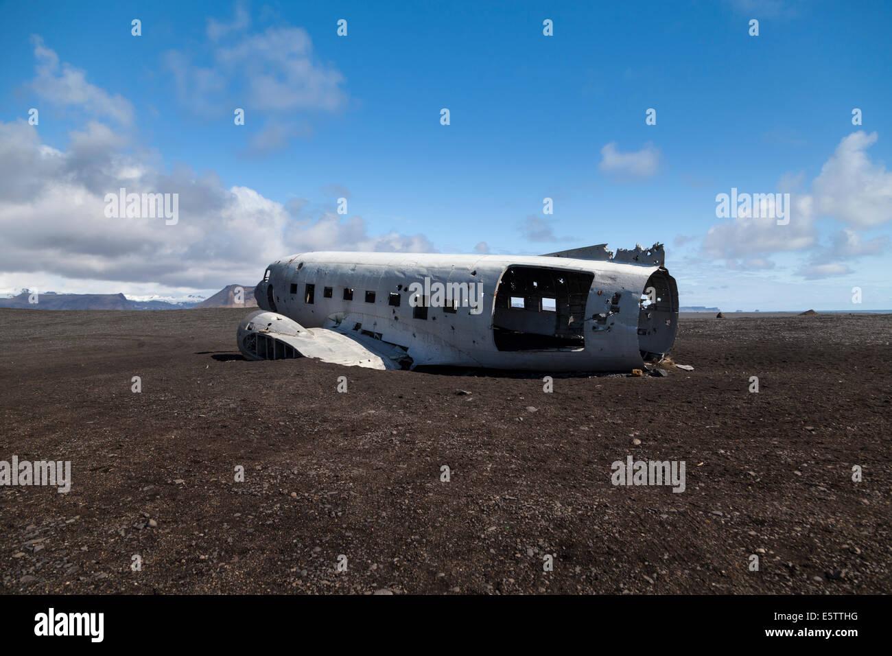 abandoned-wreckage-of-crashed-us-navy-douglas-c-47-skytrain-based-E5TTHG.jpg