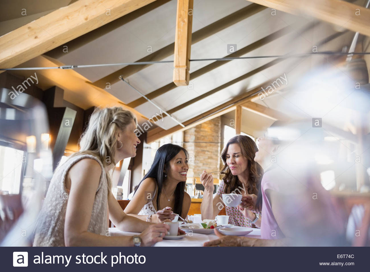 Women eating together in restaurant Stock Foto