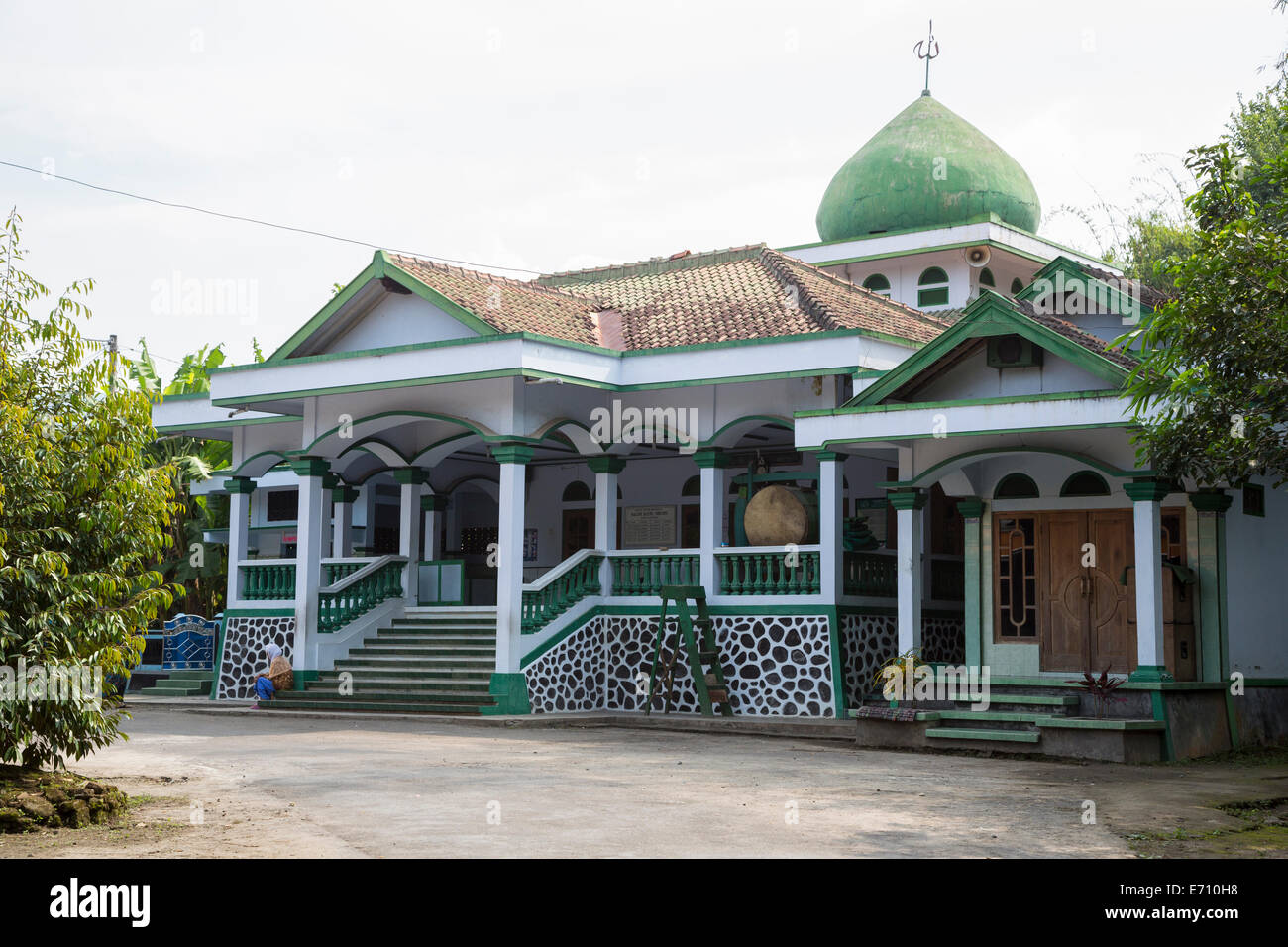 java village muslim No safe place for seasia's shia muslims  in 2011, a 500-strong anti-shia mob attacked a village in east java, forcing more than 300 shiites to flee.