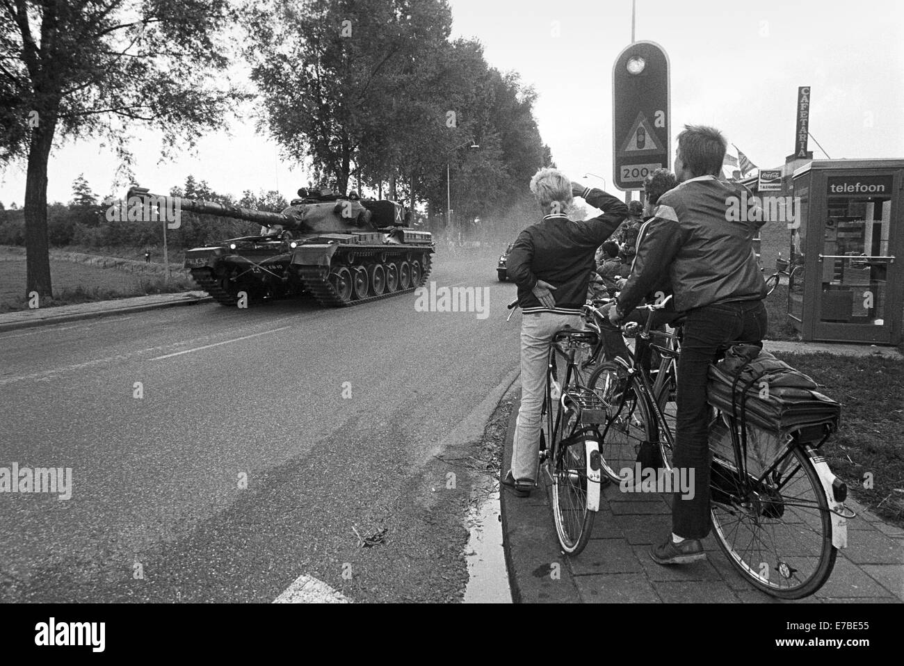http://c7.alamy.com/comp/E7BE55/nato-exercises-in-the-netherlands-british-tank-chieftain-cross-a-village-E7BE55.jpg