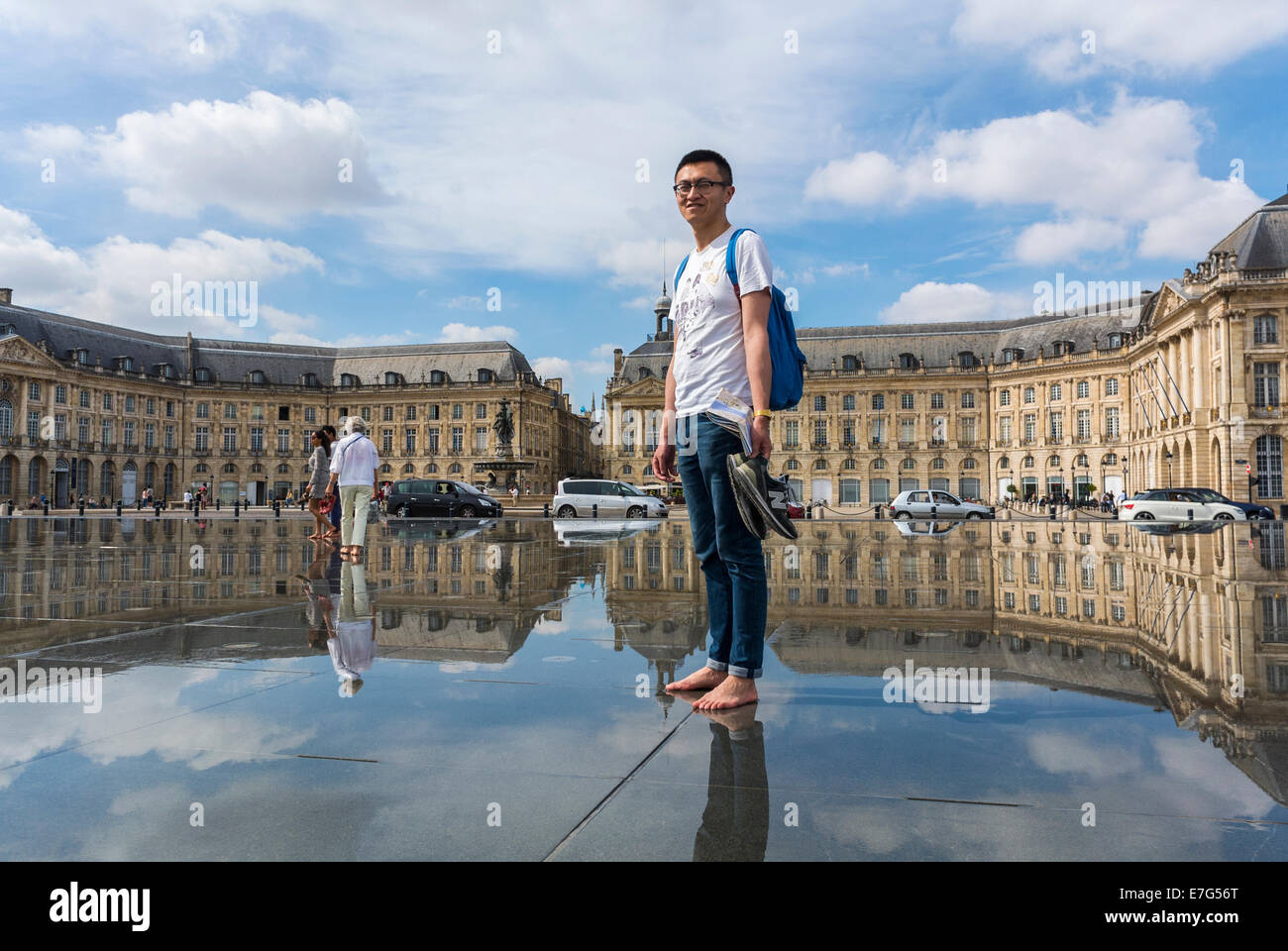 Bordeaux france street scenes people enjoying miroir d for Mirror pool bordeaux