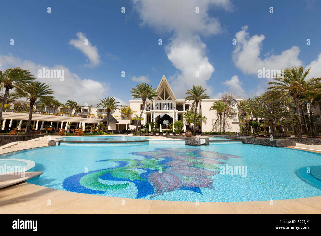The luxury 5 star residence hotel and its swimming pool for Swimming pool mauritius