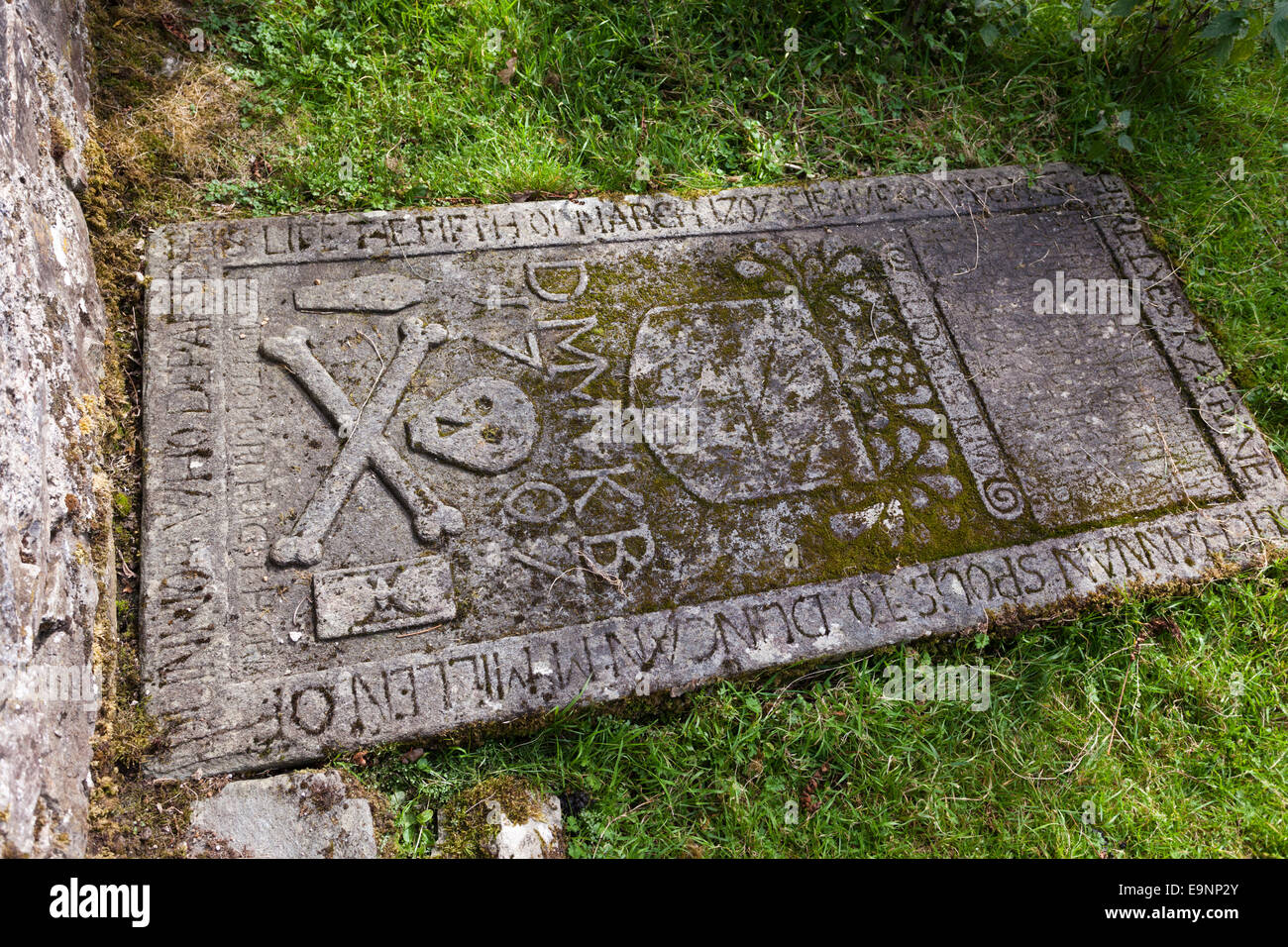 Granite Grave Slabs : Th century skull and crossbones motif on a grave slab in
