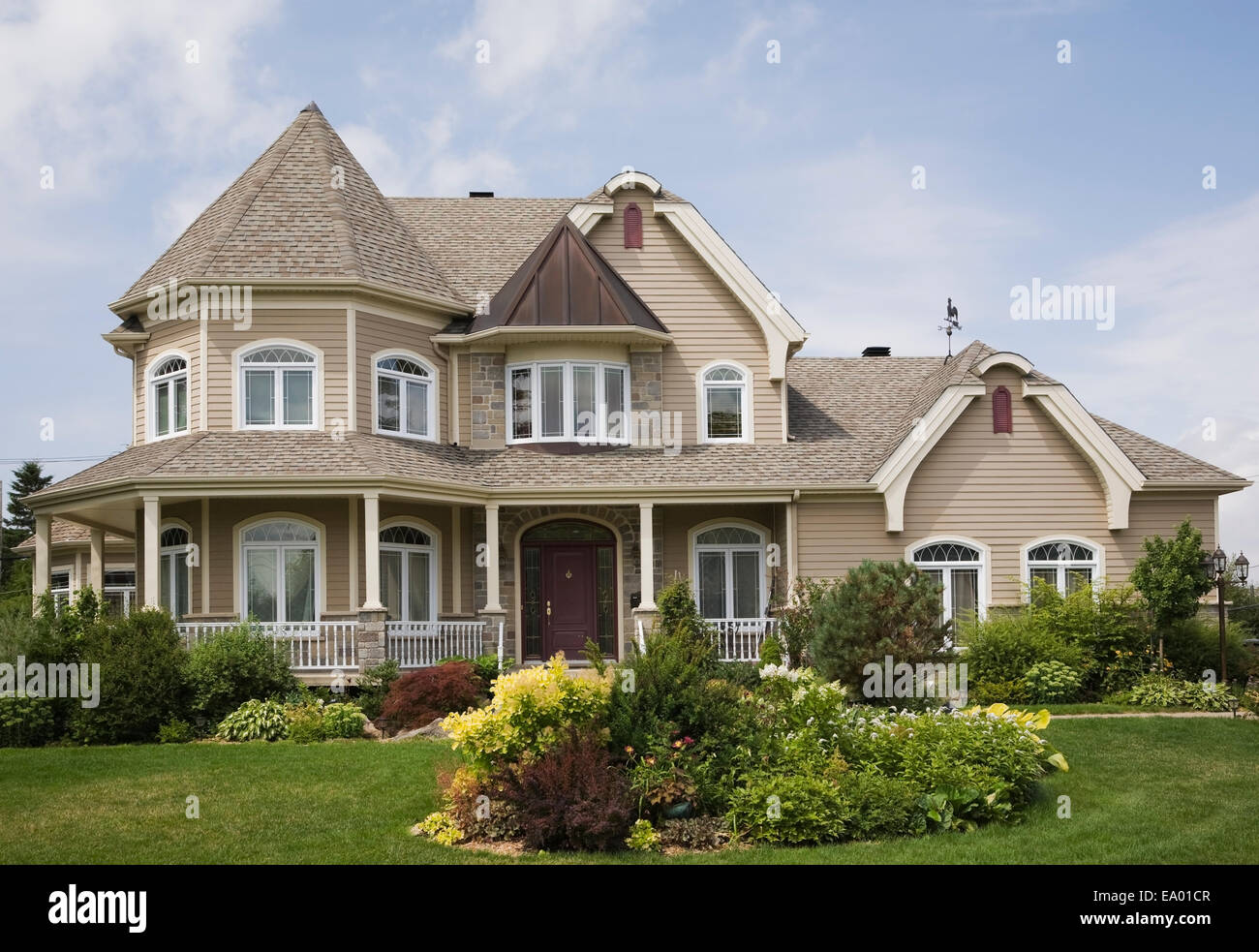 Beige with white trim cottage style house facade quebec for Canadian house styles