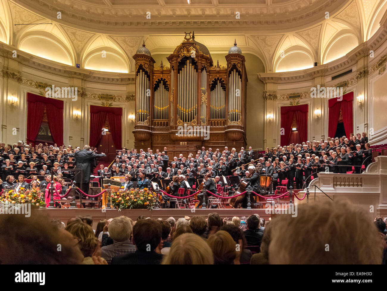 http://c7.alamy.com/comp/EA9H3D/amsterdam-royal-concertgebouw-interior-oratorio-choir-of-250-singing-EA9H3D.jpg