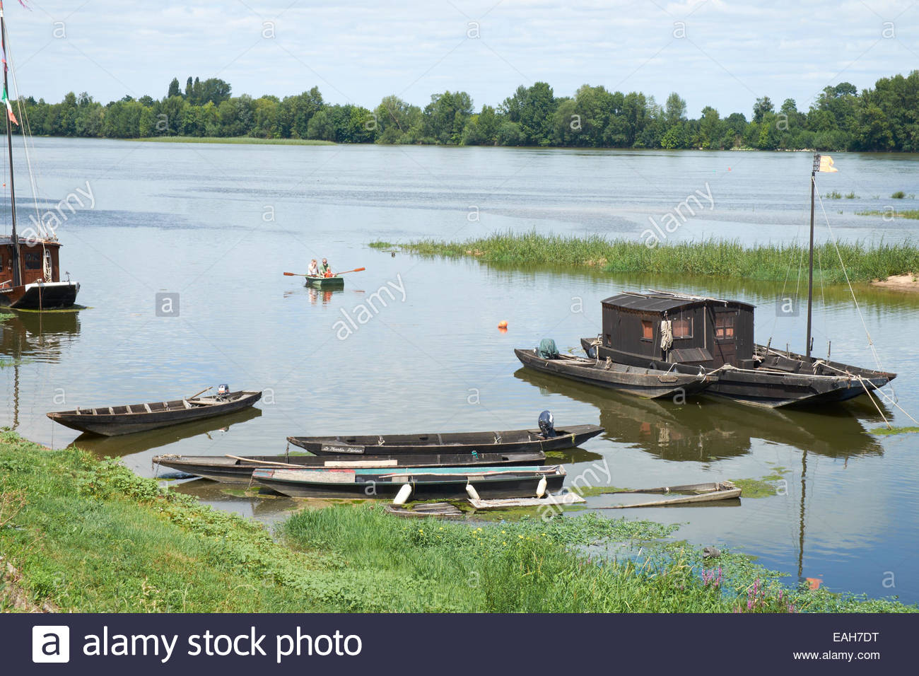 traditional-flat-bottomed-loire-boats-at