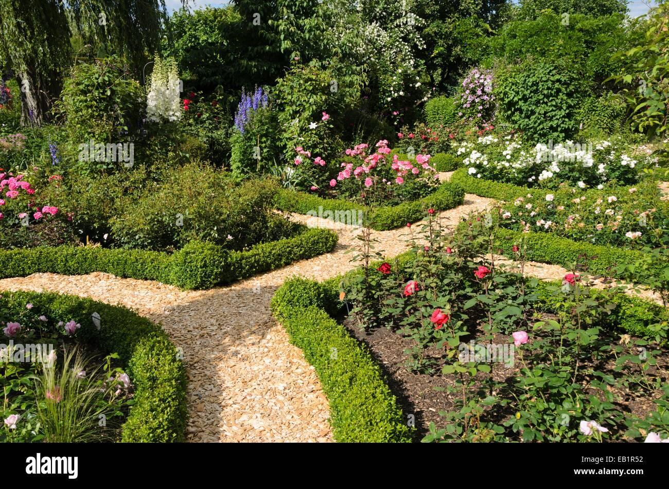 Boxwood hedges in a rose garden design marianne and for Rose landscape design