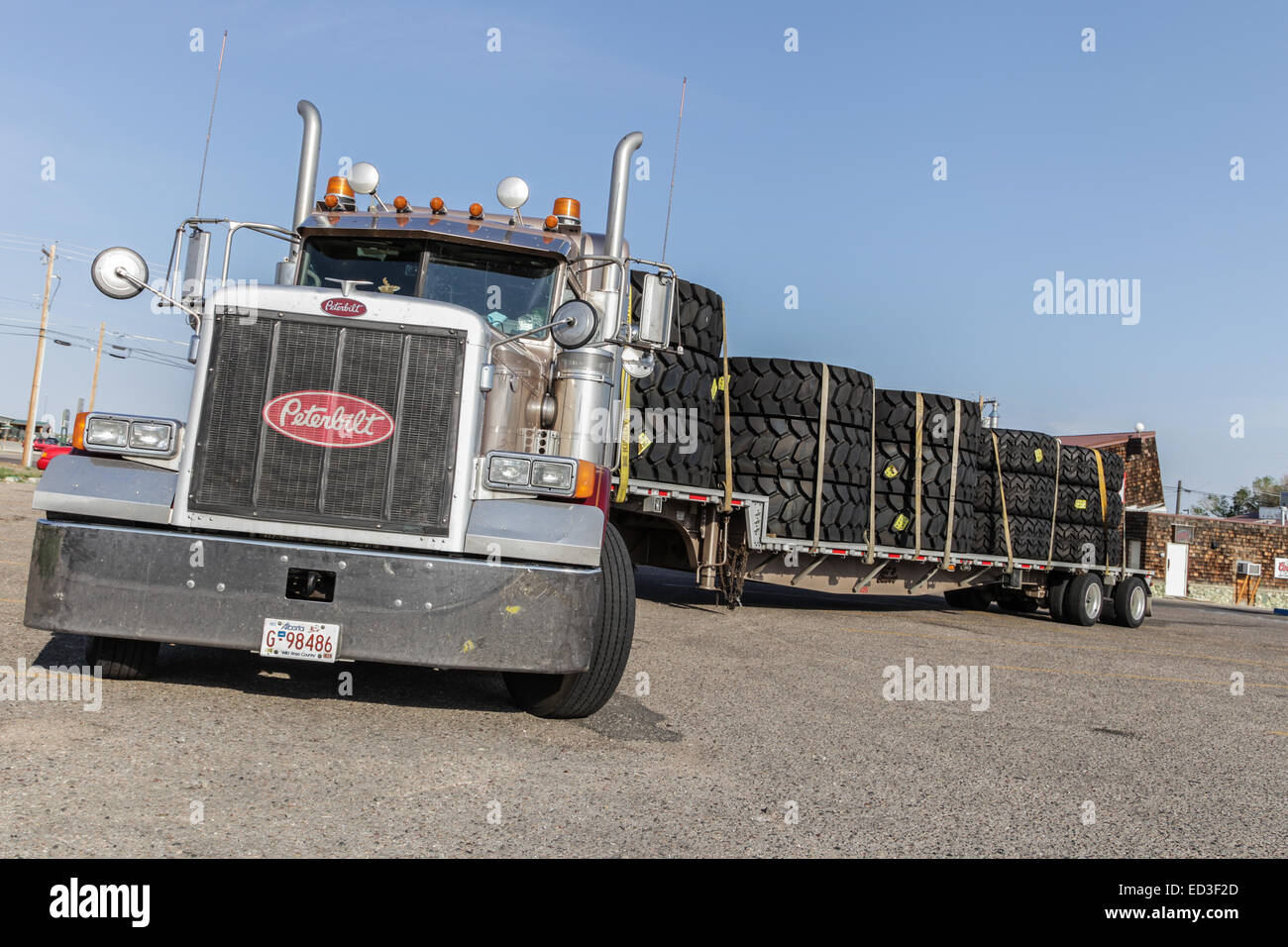 peterbilt-truck-with-load-of-large-minin