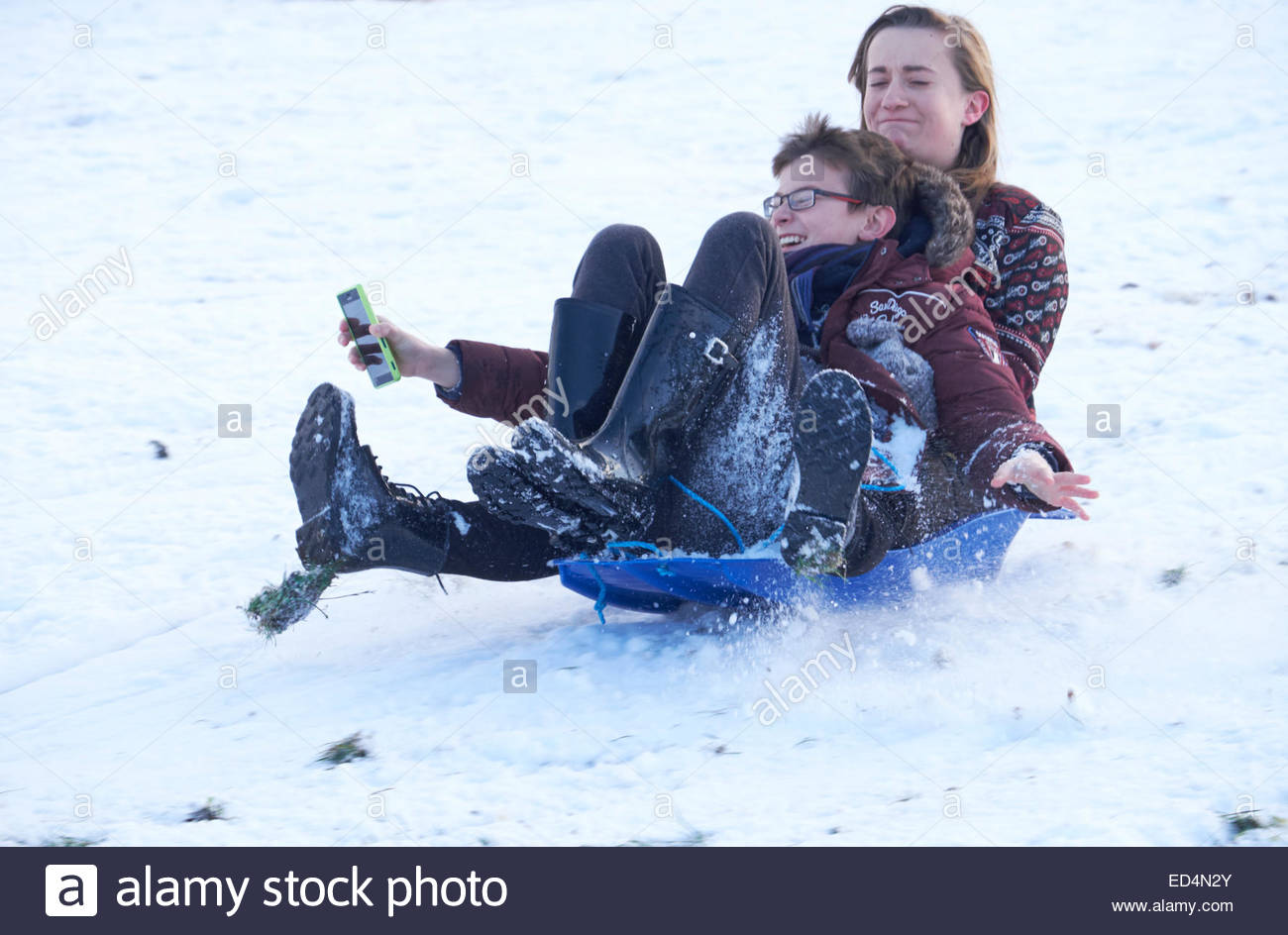 snow-fun-wollaton-park-nottingham-uk-27december-2014-all-ages-turn-ED4N2Y.jpg