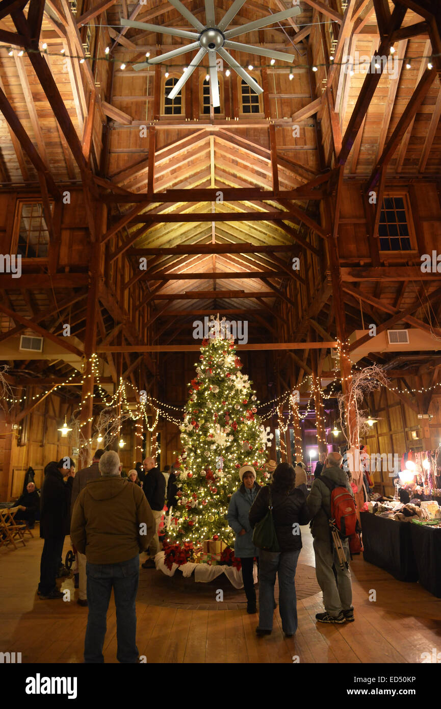 Old Bethpage, New York, USA. 26th Dec, 2014. A large traditional 1866 decorated Christmas Tree tree is under the Stock Photo