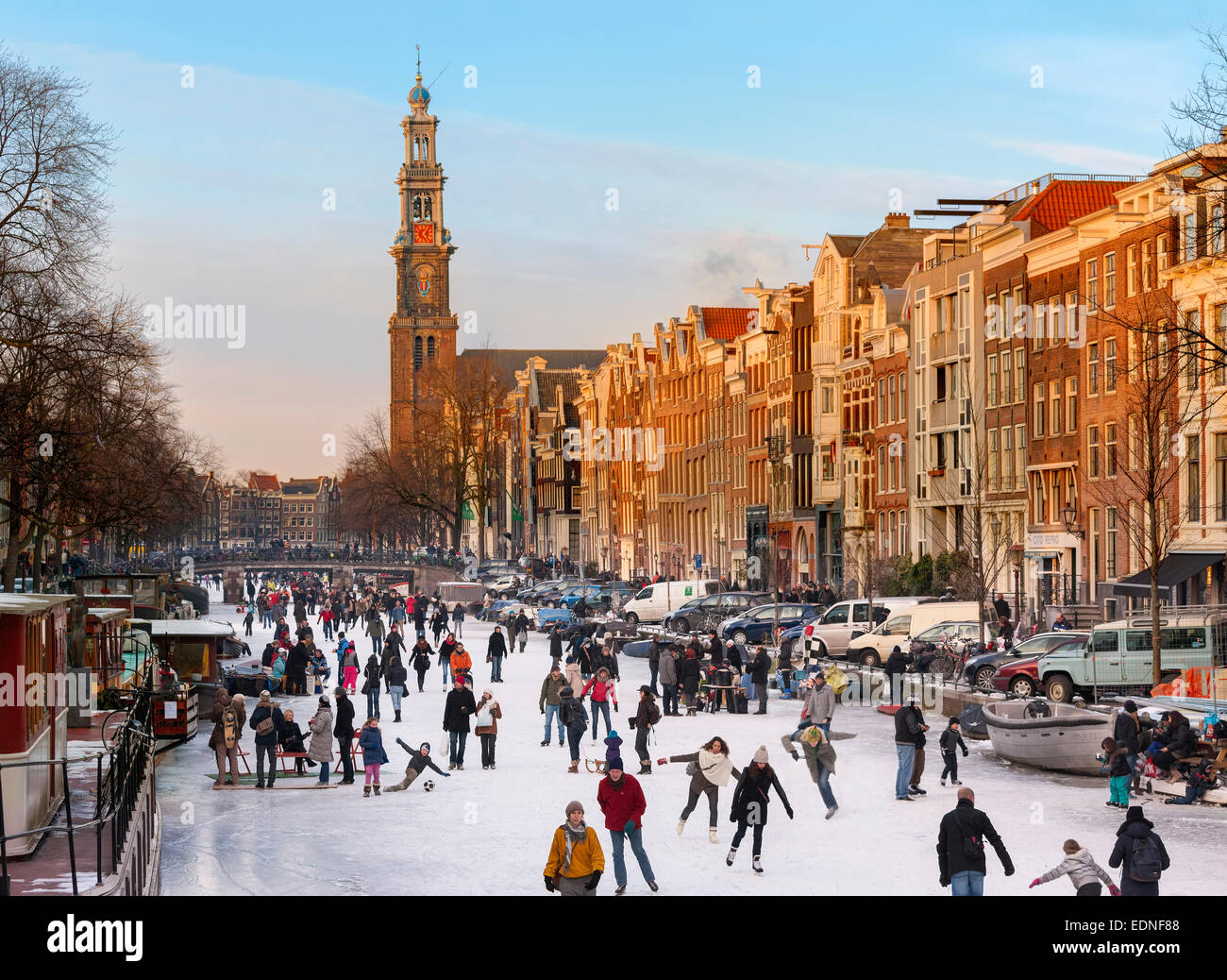 http://c7.alamy.com/comp/EDNF88/amsterdam-ice-skating-on-a-frozen-canal-in-winter-prinsengracht-canal-EDNF88.jpg