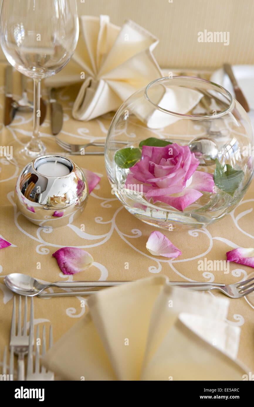 tisch gedeckt festlich detail tischdeko tischdekoration rose stockfoto lizenzfreies bild. Black Bedroom Furniture Sets. Home Design Ideas