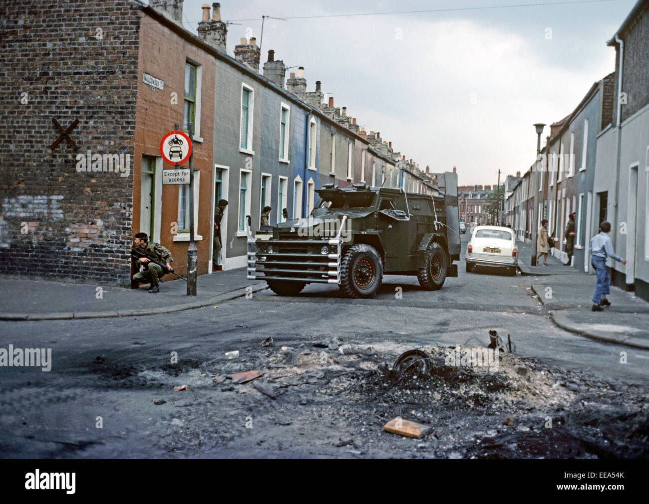 http://c7.alamy.com/comp/EEA54K/belfast-northern-ireland-august-1976-british-army-troops-and-armoured-EEA54K.jpg