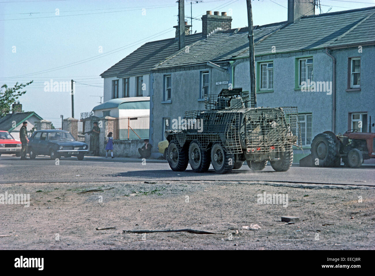 http://c7.alamy.com/comp/EECJ8R/crossmaglen-northern-ireland-june-1977-british-army-on-patrol-with-EECJ8R.jpg