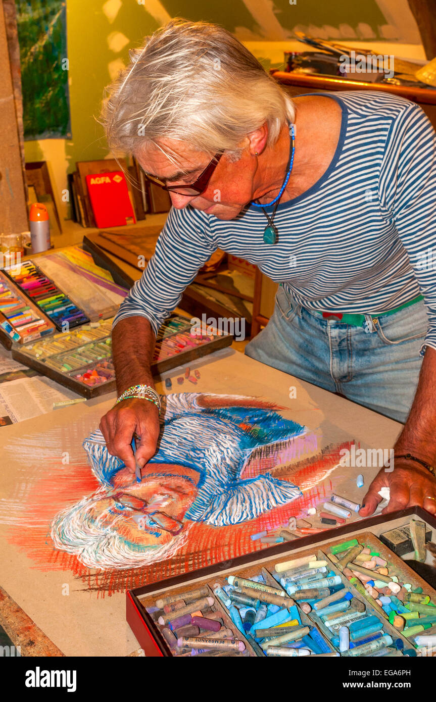 Artist Ed Buziak drawing a self-portrait with coloured pastel crayons - France. Stock Photo