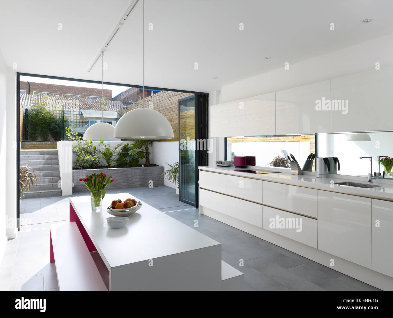 Daylight view through to courtyard from modern kitchen and for Voir cuisine moderne
