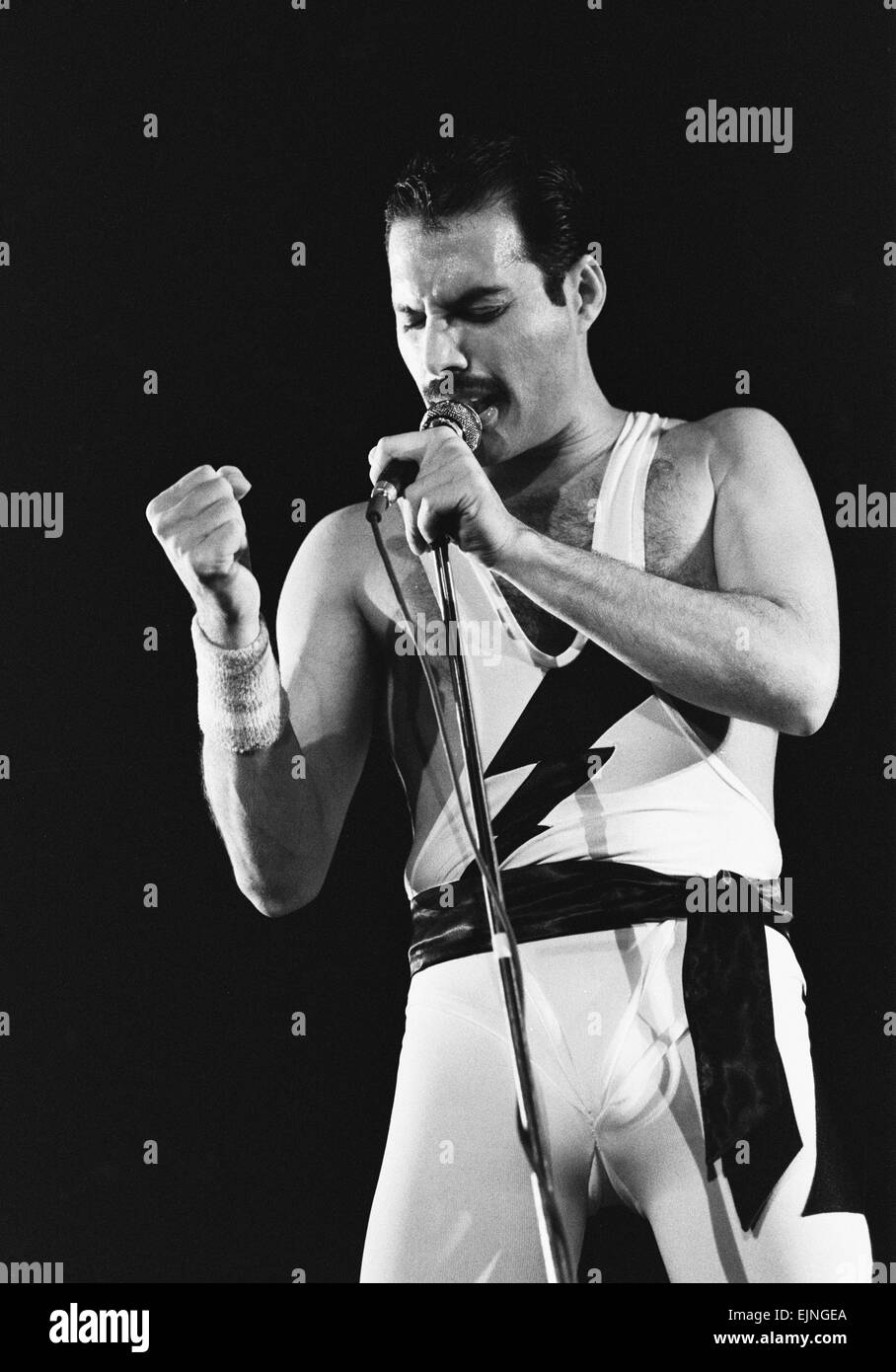 a history of queen a band fronted by freddy mercury In november 1991, days before he died, freddie mercury met his manager to discuss how best to reveal to the world that he had aids i was out last night and saw a queen cover band, and there wasn't a single person in the audience who could have seen them live because they were too young.