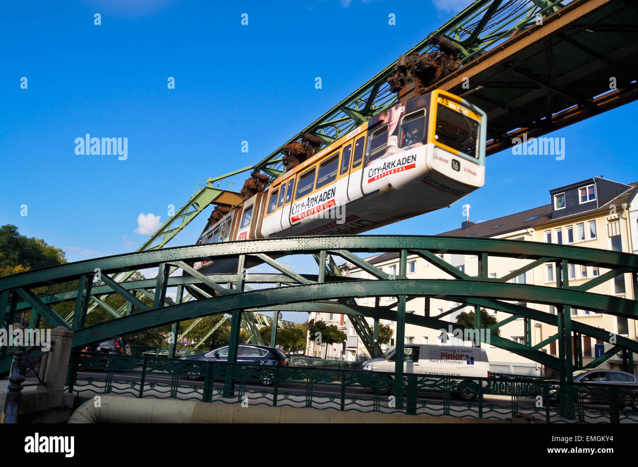 articulated-train-on-the-schwebebahn-sus