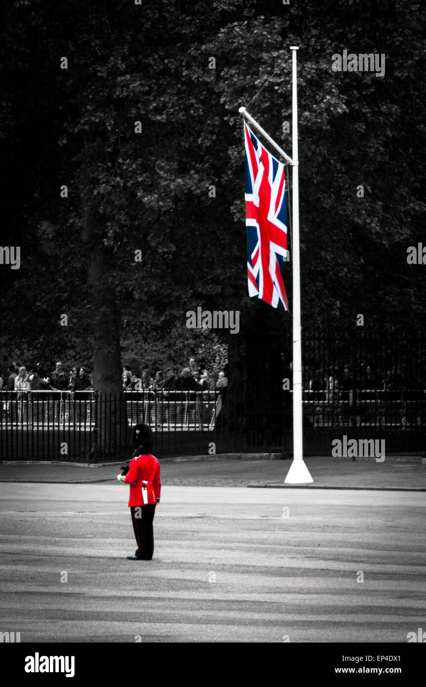 queens-royal-guard-and-union-jack-at-the