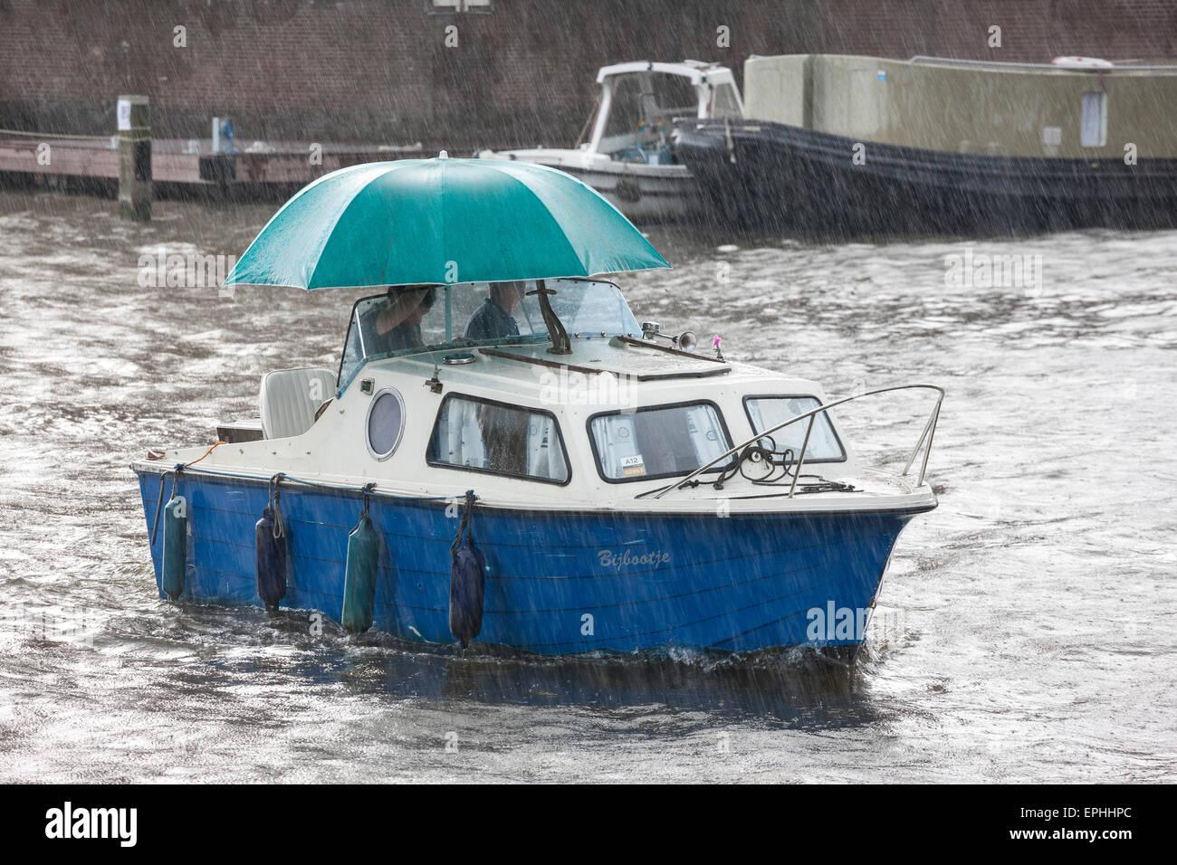 amsterdam-raining-small-boat-small-cabin