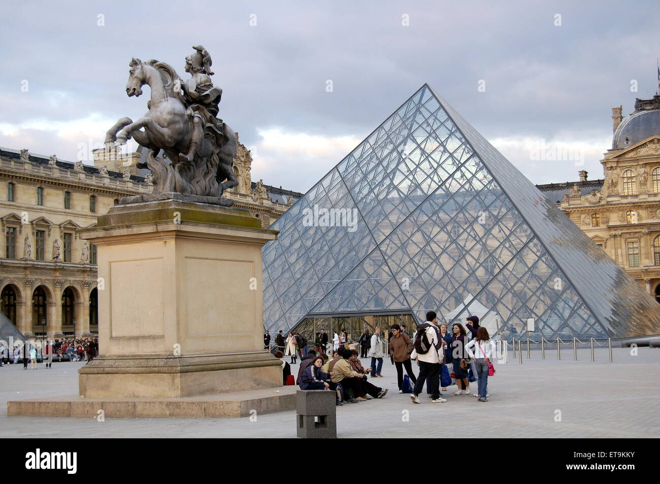 the-louvre-in-paris-the-famous-glass-pyramid-with-the-statue-of-king-ET9KKY.jpg