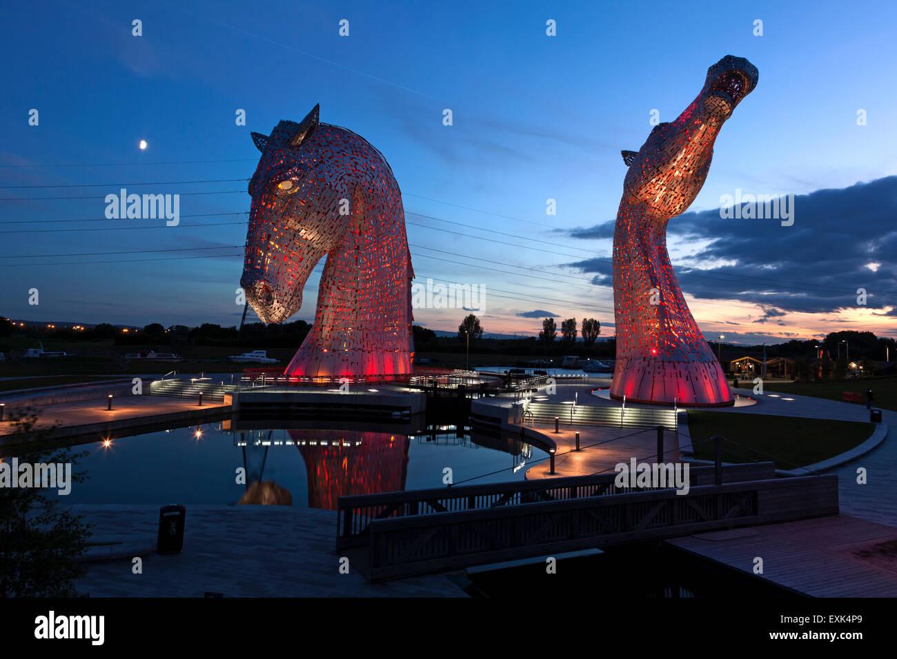 the-kelpies-sculpture-illuminated-at-night-falkirk-stirling-EXK4P9.jpg
