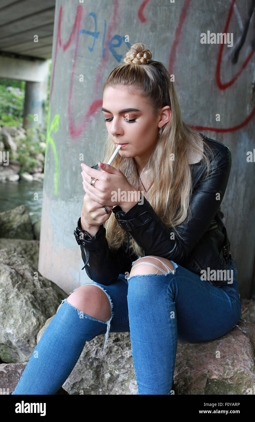 betrunken blonde sucking dick, während das Rauchen