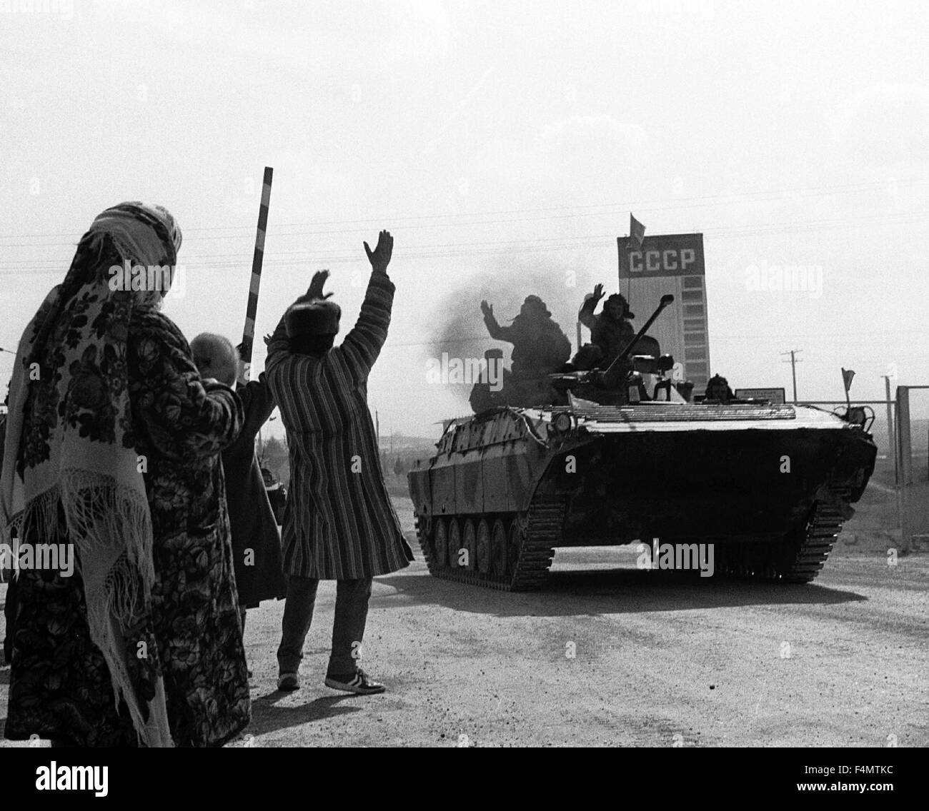 Soviet Afghanistan war - Page 6 Ussr-termez-withdrawal-of-soviet-forces-from-afghanistan-soldiers-F4MTKC
