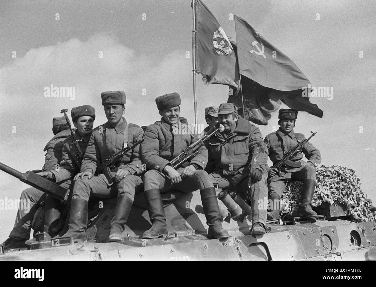 Soviet Afghanistan war - Page 6 Ussr-termez-withdrawal-of-soviet-forces-from-afghanistan-soldiers-F4MTKE