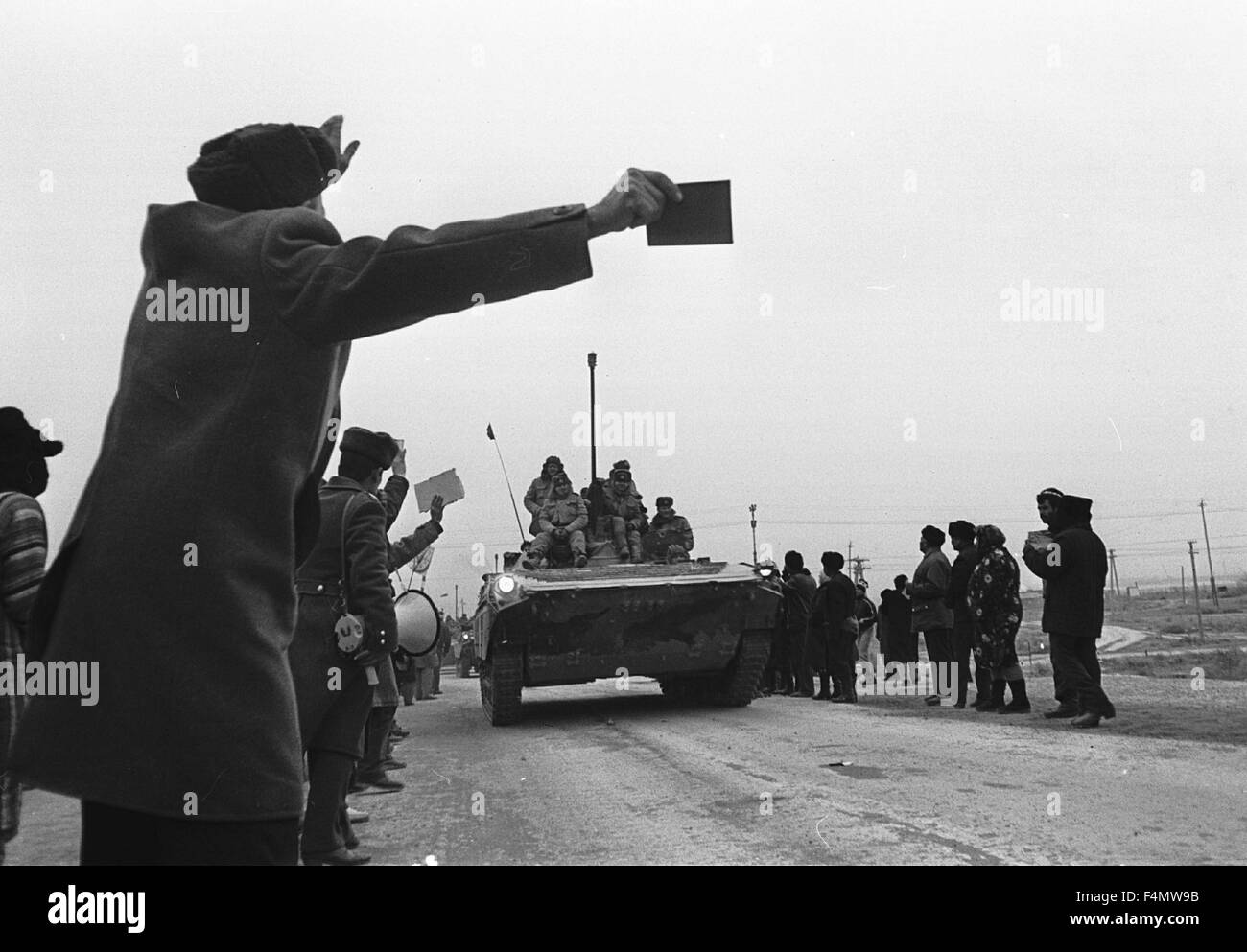 Soviet Afghanistan war - Page 6 Ussr-termez-withdrawal-of-soviet-forces-from-afghanistan-soldiers-F4MW9B