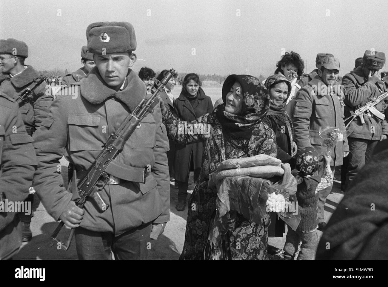 Soviet Afghanistan war - Page 6 Ussr-termez-withdrawal-of-soviet-forces-from-afghanistan-soldiers-F4MW9D