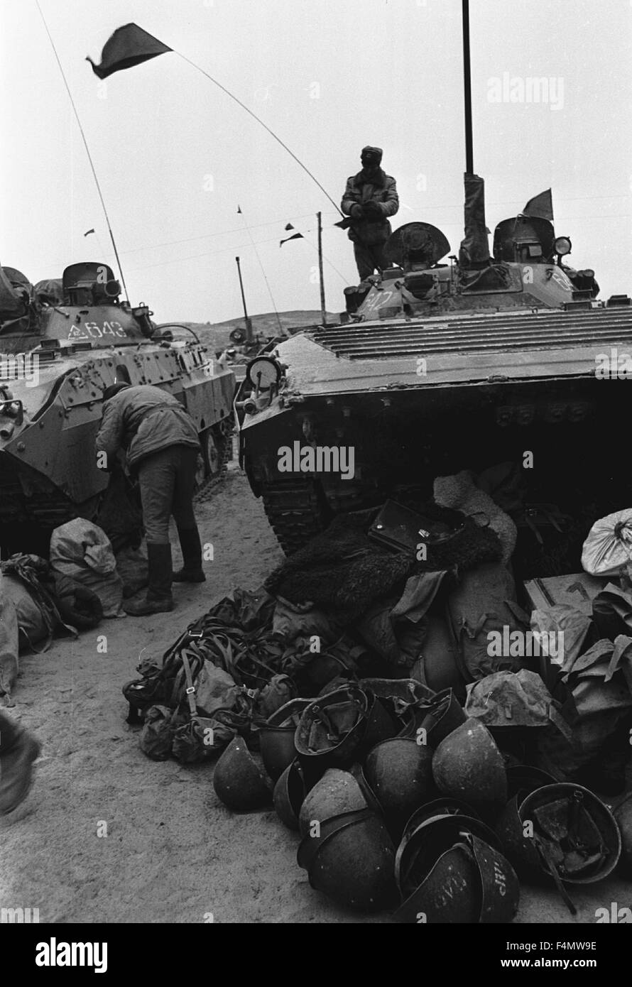 Soviet Afghanistan war - Page 6 Ussr-termez-withdrawal-of-soviet-forces-from-afghanistan-soldiers-F4MW9E