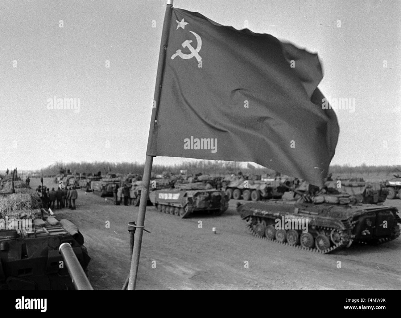 Soviet Afghanistan war - Page 6 Ussr-termez-withdrawal-of-soviet-forces-from-afghanistan-soldiers-F4MW9K
