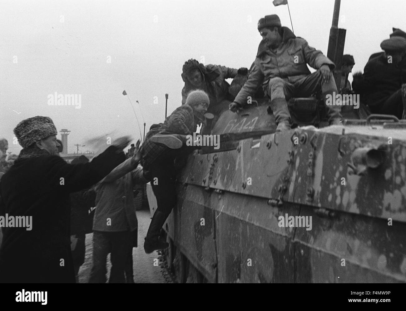 Soviet Afghanistan war - Page 6 Ussr-termez-withdrawal-of-soviet-forces-from-afghanistan-soldiers-F4MW9P