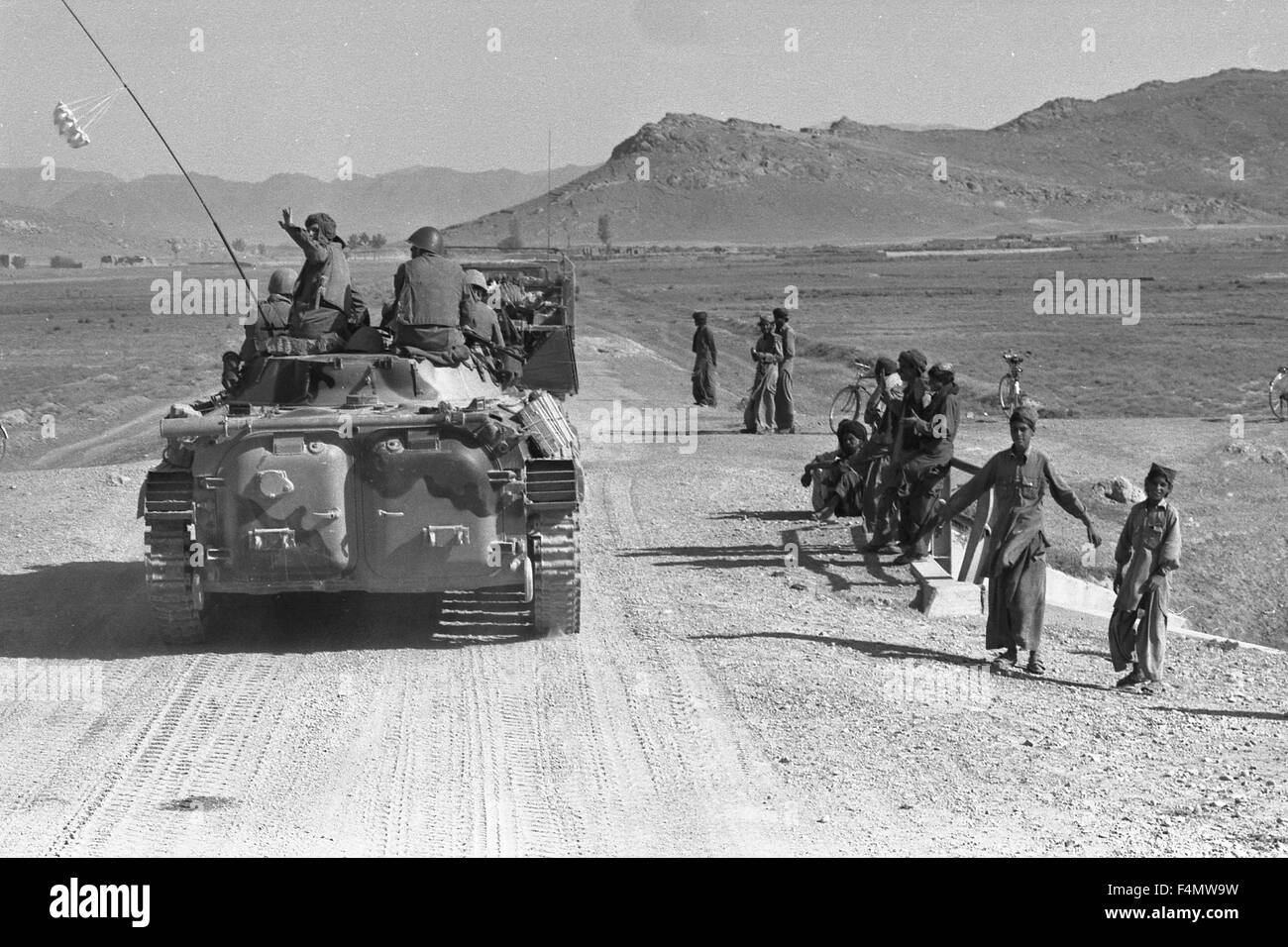 Soviet Afghanistan war - Page 6 Afghanistan-the-soviet-military-technics-on-road-to-kandahar-F4MW9W