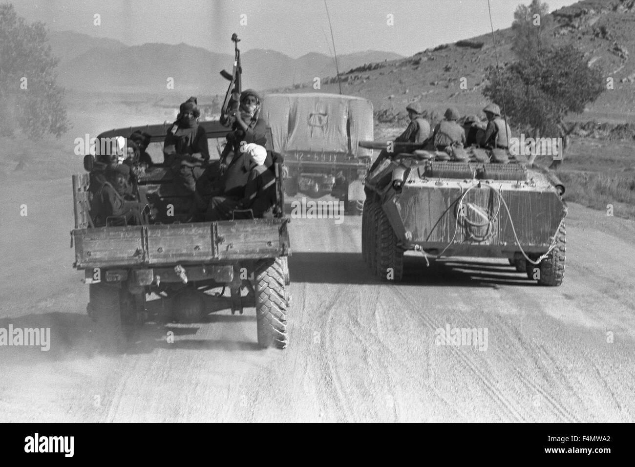 Soviet Afghanistan war - Page 6 Afghanistan-pushtuns-near-kandahar-F4MWA2