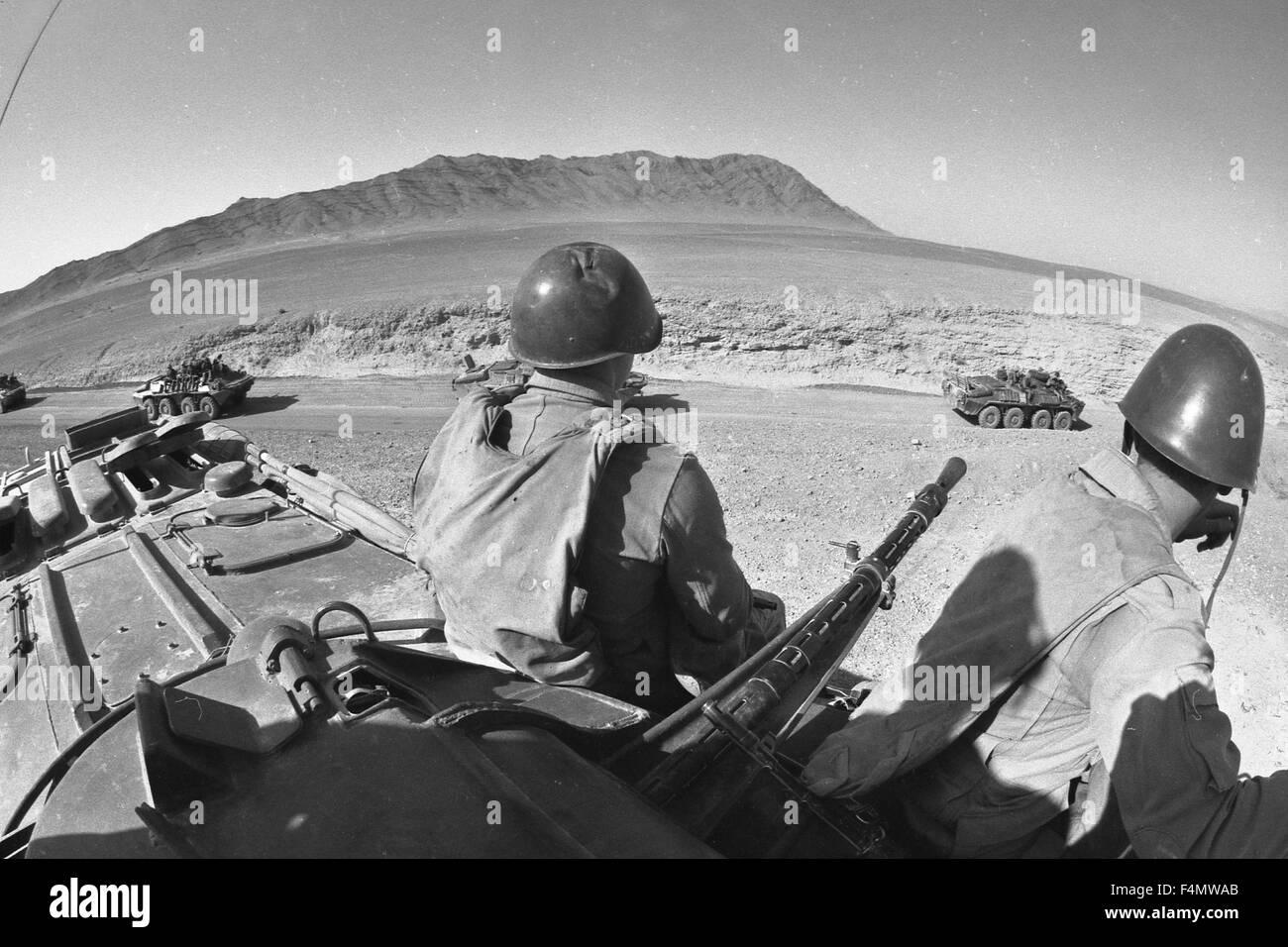 Soviet Afghanistan war - Page 6 Afghanistan-the-soviet-soldiers-near-kandahar-F4MWAB