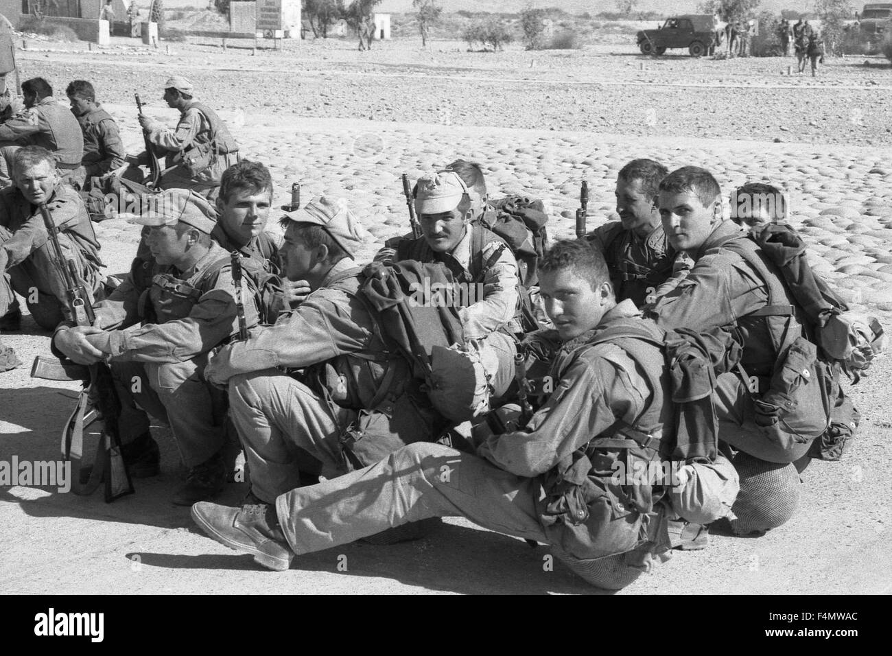 Soviet Afghanistan war - Page 6 Afghanistan-the-soviet-soldiers-in-kandahar-F4MWAC
