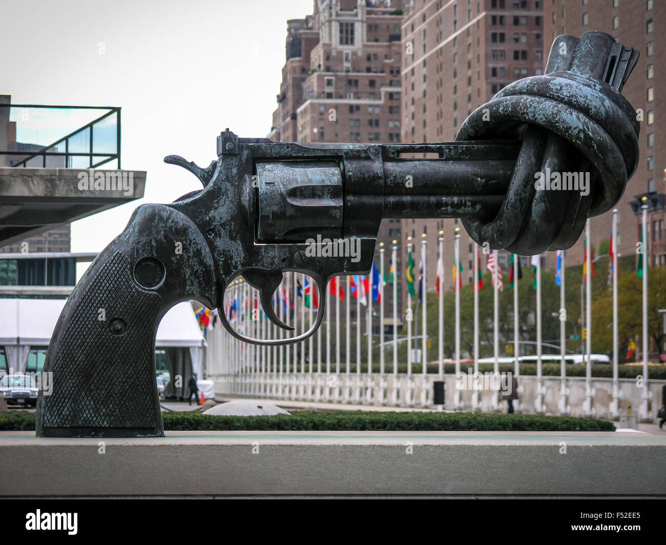 knotted-gun-sculpture-in-front-of-the-united-nations-building-new-F52EE5.jpg