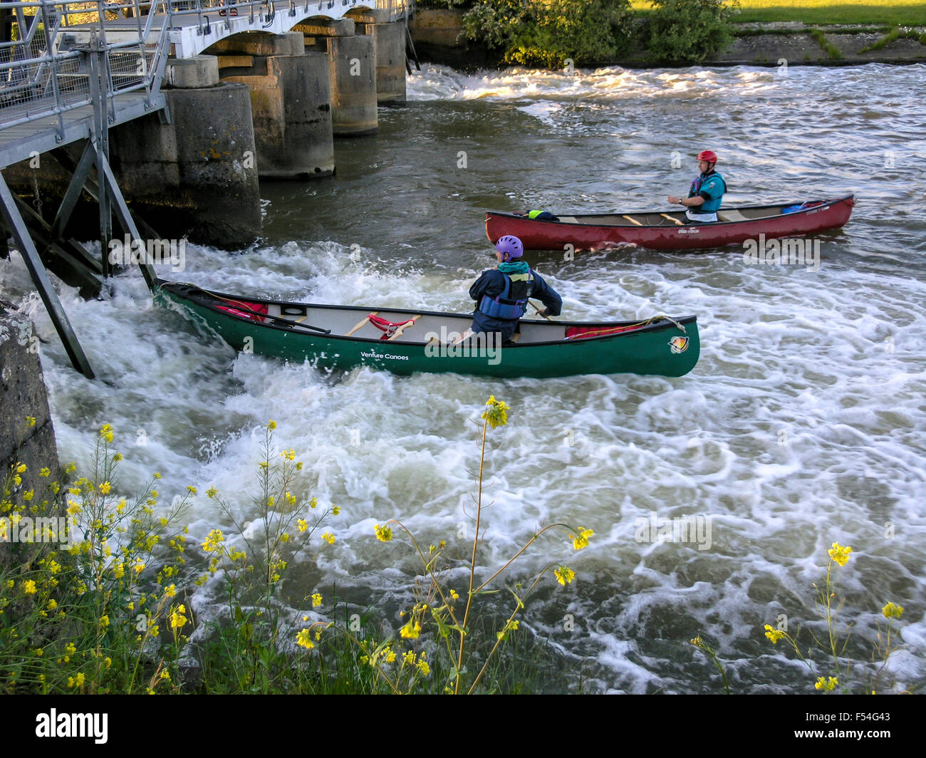 practicing-kayaking-against-the-stream-united-kingdom-F54G43.jpg