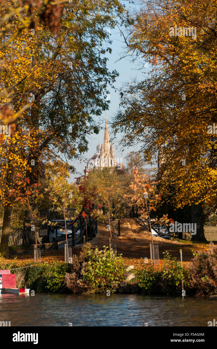 oxford-in-autumn-with-radcliffe-camera-and-st-mary-the-virgin-church-F5AGXM.jpg