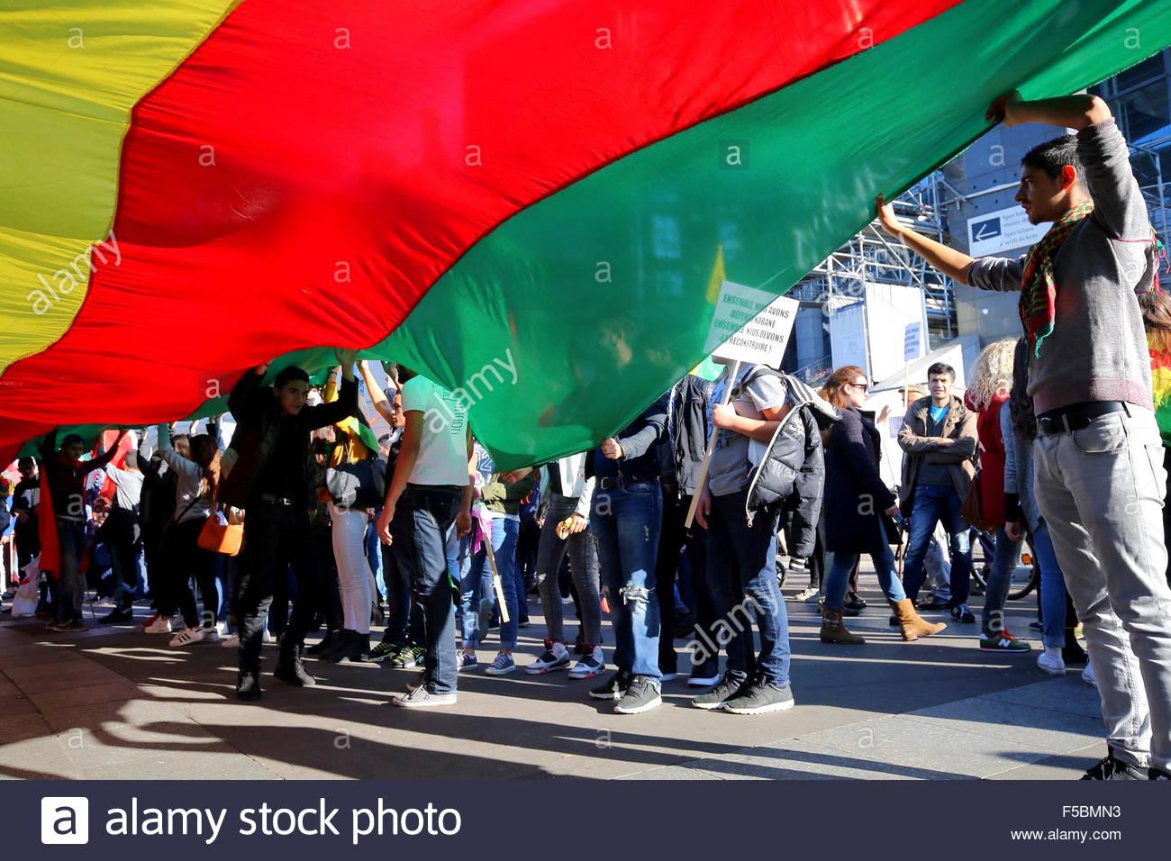 Paris, France. novembre 1st, 2015. FRANCE, Paris: People hold the kurdish flag during a pro kurdish demonstration Stock Photo