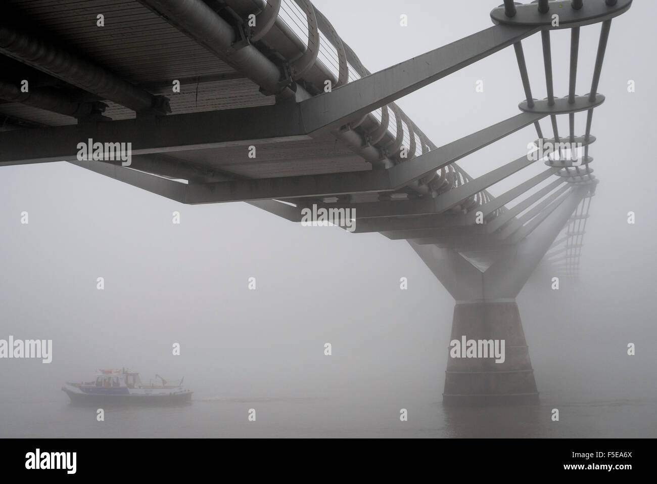 thick-fog-over-the-millennium-bridge-and