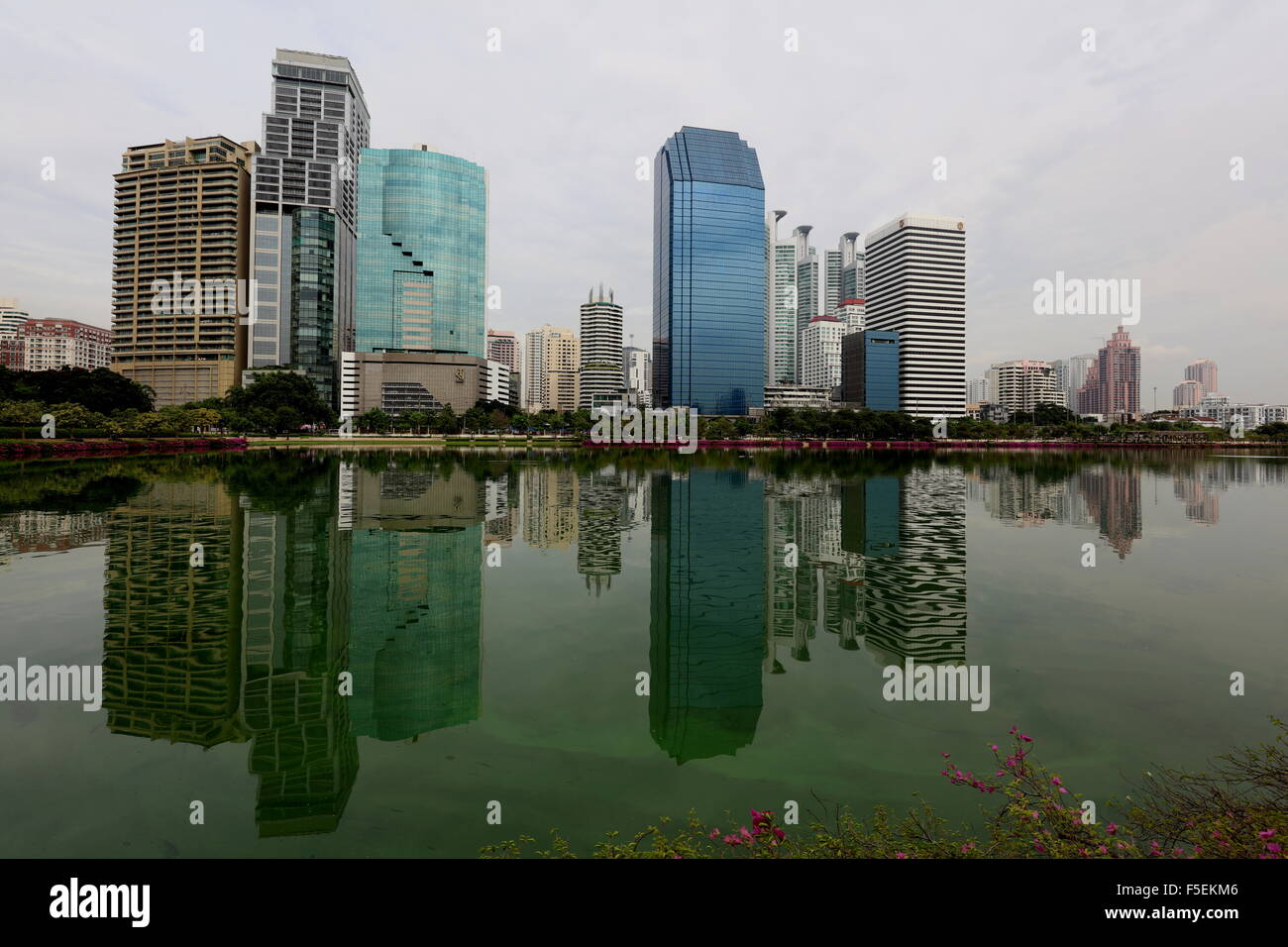 bangkok-skyline-from-benjakiti-park-F5EK