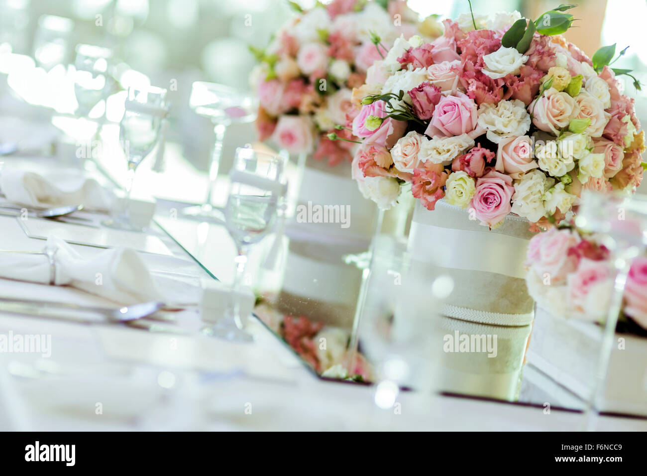 Beautiful wedding decoration with roses and a luxurious for Decoration avec des roses