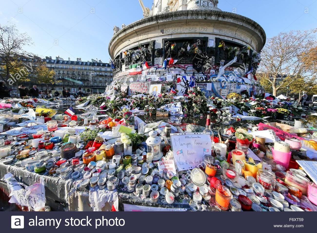 Paris, France. novembre 21st, 2015. FRANCE, Paris: Flowers, candles and messages are seen at a makeshift memorial Stock Photo
